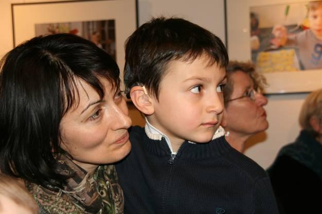 Der sechsjährige Nicolas hat vom Hocker auf Mamis Schoss  gewechselt