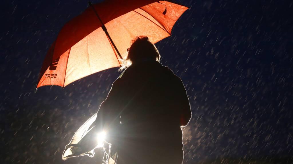Eine Frau am frühen Donnerstagmorgen bei Regen in Essen (D) auf dem Weg zur Arbeit. Der Deutsche Wetterdienst warnte wegen des Sturmtiefs «Klaus» für den Nordwesten Deutschlands am Donnerstag vor schweren Sturmböen, Schauern und Gewittern.