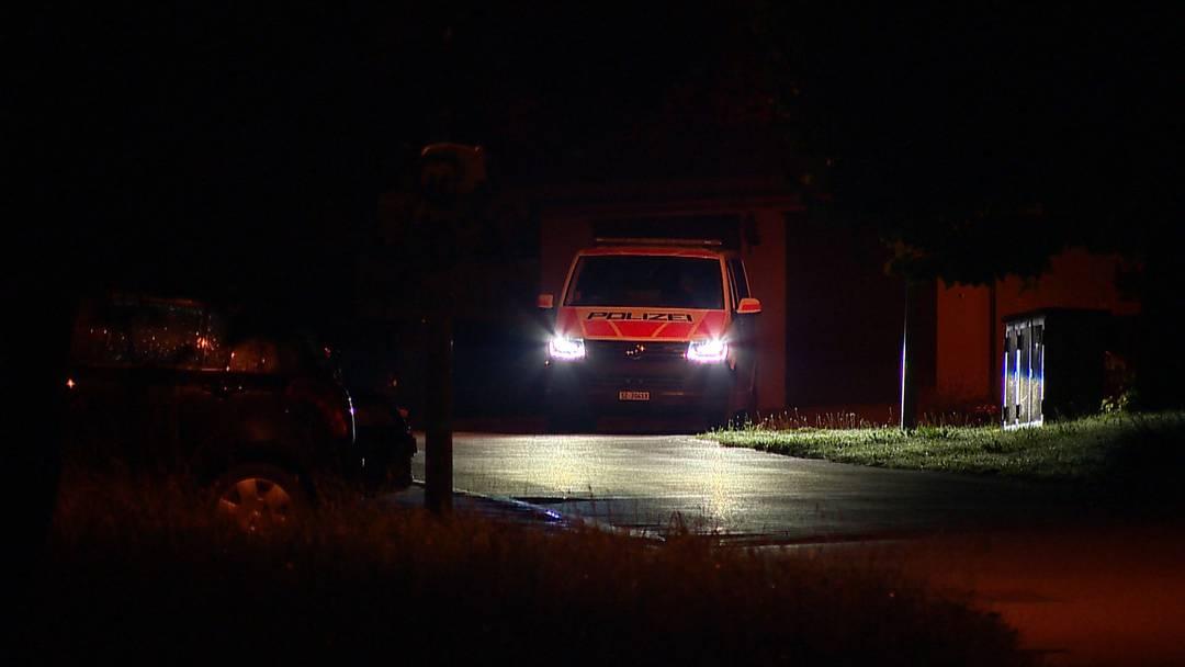 Grosseinsatz in Sattel (SZ): Polizei riegelt Wohnquartier ab