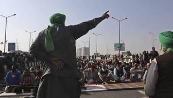 Protestierende Bauern kampieren auf einer Landstraße an der Grenze zwischen Neu Delhi und Uttar Pradesh Foto: Manish Swarup/AP/dpa