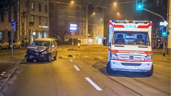 Krankenwagen kollidiert mit Auto – eine Person wird verletzt