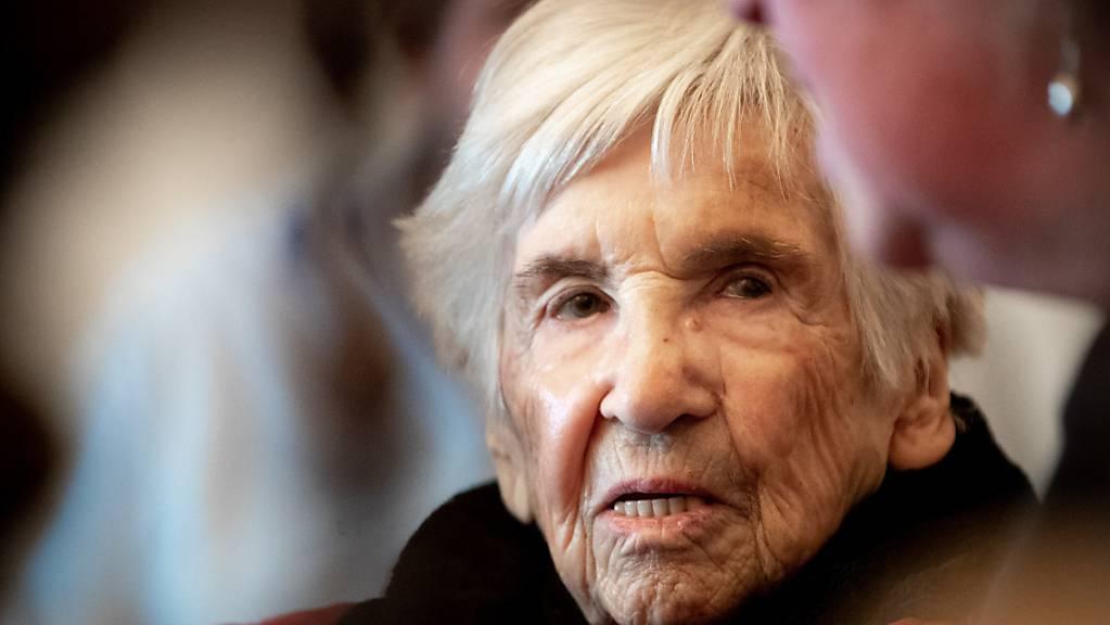 ie Holocaust-Überlebende Esther Bejarano sitzt im Zuschauerraum im Sitzungssaal des Landgerichts Hamburg zu Beginn eines weiteren Prozesstages gegen einen ehemaligen SS-Wachmann des Konzentrationslagers Stutthof.