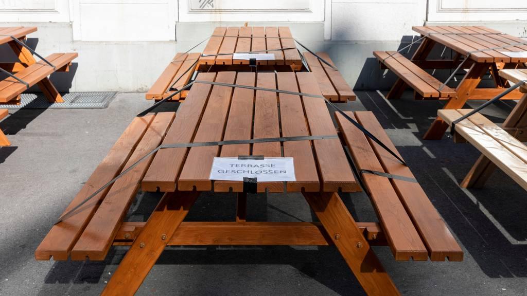 Wegen des Lockdowns blieben viele Tische in Restaurants lange leer. (Symbolbild)