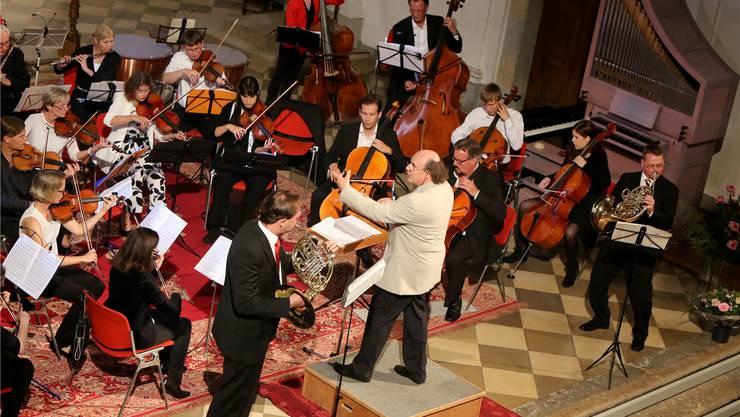 Das Stadtorchester Olten mit Dirigent André Froelicher und den beiden Waldhornisten Thomas Zimmermann (links) und Andreas Kamber.