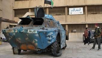 Ein von Rebellen zerstörter Panzer der syrischen Streitkräfte in Homs (Archiv)