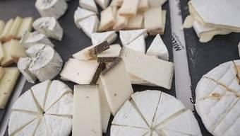 Mit der Landwirtschaft kamen weichere Nahrungsmittel, zum Beispiel Käse. Das hatte Auswirkungen auf die Gebissstellung früherer Menschen und auf die Entwicklung von Sprachlauten. (Archivbild)
