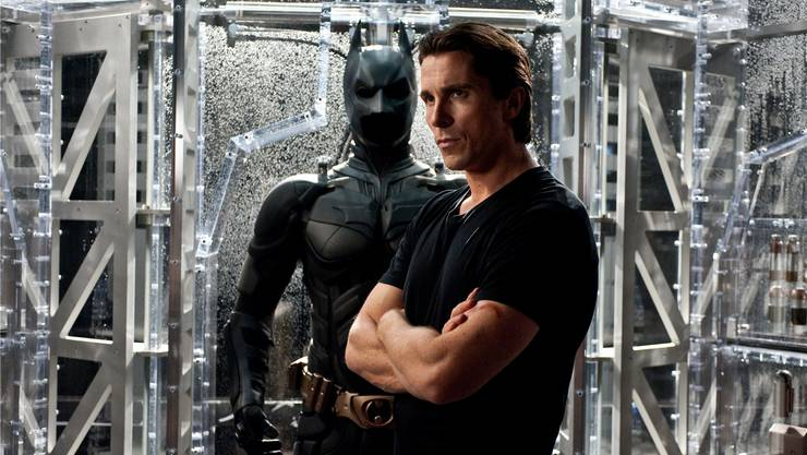 Was immer Batman (Christian Bale) unternimmt, nützt jenen, die er bekämpft. Das muss ein Held erst mal aushalten.Ron Phillips/ Warner Bros.