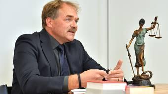Alexander Schawalder im Konferenzraum seiner Aarauer Kanzlei. Stets mit dabei: Justitia.