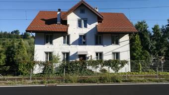 In diesem Haus an der Bahnlinie in Rudolfstetten-Friedlisberg werden 18 Asylsuchende untergebracht.