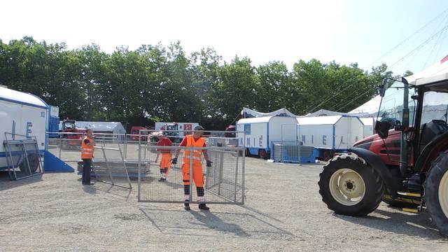 Circus Knie baut sein Zelt im Margeläcker in Wettingen auf
