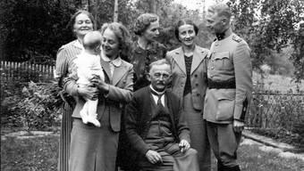 Emil Suter (vorne sitzend) im Kreis seiner Familie. Undatierte Aufnahme aus dem Privatarchiv von Dr. Henry Suter, Wohlen, dem Enkel von Emil Suter.
