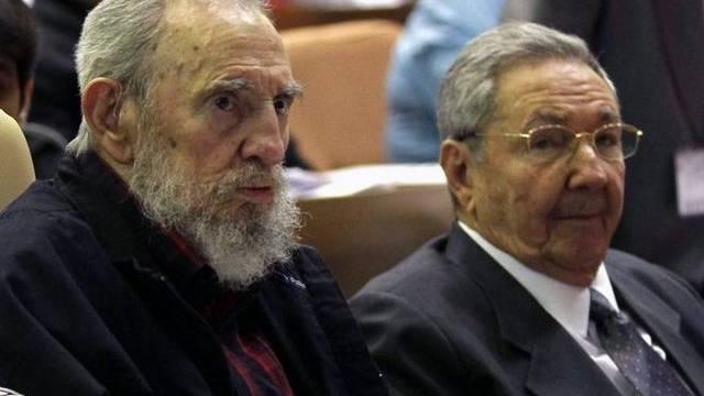 Fidel (l.) und Raul Castro an der Sitzung des Volkskongresses in Havanna