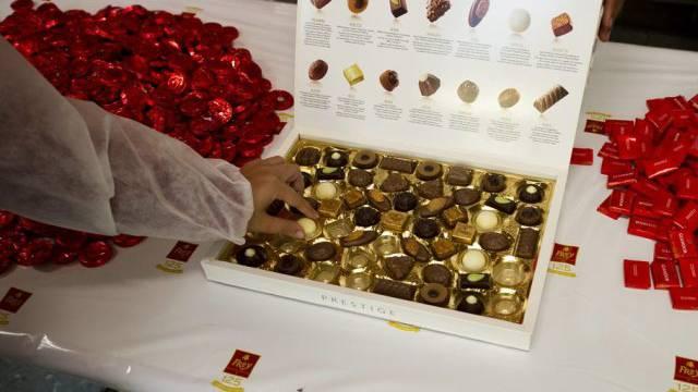 Besucher probieren Süssigkeiten von Chocolat Frey (Archiv)