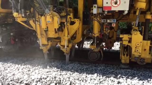 Die Stopfmaschine im Einsatz und ein Blick über die Baustelle am Bahnhof Bremgarten West.