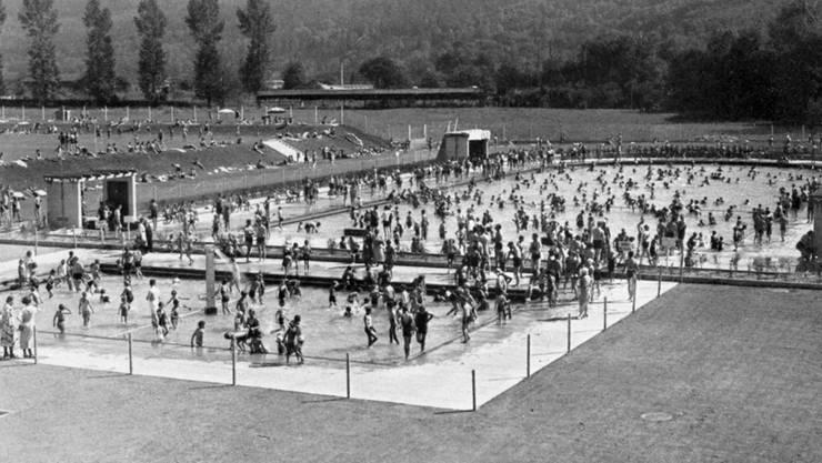 Badebetrieb im Familienbad in den 1930er-Jahren: «Das Terrassenschwimmbad soll in erster Linie der Volkshygiene dienen. Unserer Jugend wird Gelegenheit geboten, in gefahrloser Weise das Schwimmen, eine äusserst kräftigende Körperbetätigung, zu erlernen. Den Spörtlern dient die Anlage zu ihrer Weiterbildung in hervorragendem Masse», hiess es bei der Eröffnung.