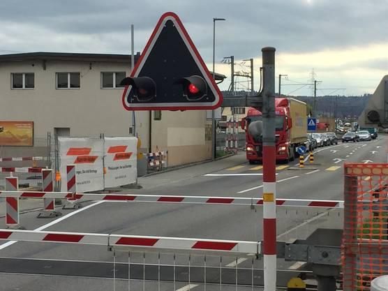 Der Verkehr aus dem Wynental wird vor der Schranke mittels Lichtsignal angehalten und staut sich bis nach Gränichen hinauf.