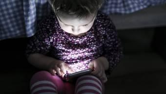 Da stehen dem Hirnforscher die Haare zu Berge. Das Smartphone raubt Kleinkindern den Schlaf.