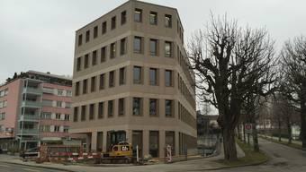 Das «Rotkreuz-Haus» steht an verkehrsmässig bester Lage unmittelbar neben dem Kantonsspital Aarau (hinten).