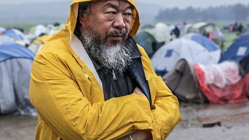 Ai Weiwei letzte Woche im Flüchtlingslager Idomeni. An diesem Donnerstag hat er sich beim Lager-Coiffeur einen symbolträchtigen Haarschnitt verpassen lassen (Archiv).