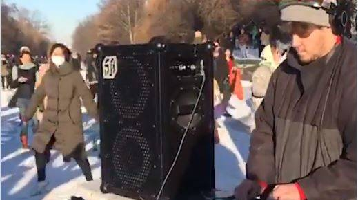 Tausende feiern Rave auf dem Eis