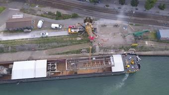 Der Hafenkran wird am Klybeckquai entladen