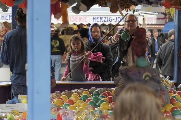 Herbstmesse auf dem Kasernenareal in Basel. Angeln und Sammeln am Fischlifischstand.
