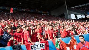 Zwischen Hoffen und Bangen: Auch der Oltner Fanklub der Schweizer Nationalmannschaft geht in St-Etienne voll mit.keystone