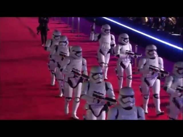 C3-PO, R2-D2 und die Stormtrooper auf dem Roten Teppich: Weltpremiere des neuen «Star Wars»-Streifens am 14. Dezember in Los Angeles.