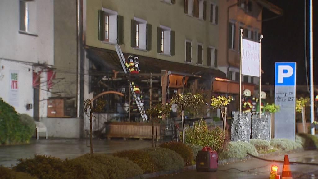 Unbekannte setzen italienisches Restaurant in Brand