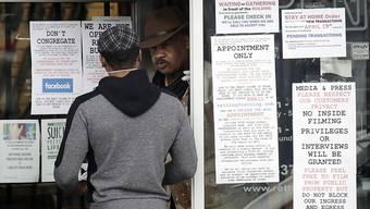 Mit der Ausbreitung des Coronavirus in den USA war in den letzten Wochen auch der Ansturm auf Waffen und Munition gestiegen. Nun sollen diese Geschäfte vorübergehend schliessen.