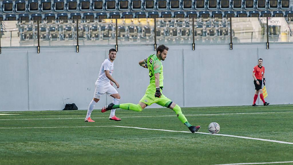 Goalie Yanick Brecher (am Ball) bleibt bis 2023 beim FCZ