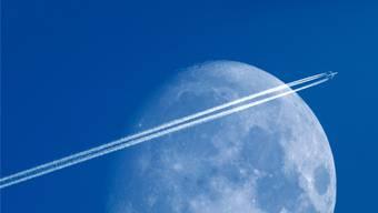 Anhänger der «Chemtrail»-Theorie glauben, dass dem Flugzeugtreibstoff chemische Substanzen beigemischt werden, mit denen mächtige Hintermänner das Wetter beeinflussen oder vielleicht sogar die Menschheit dezimieren wollen.Keystone