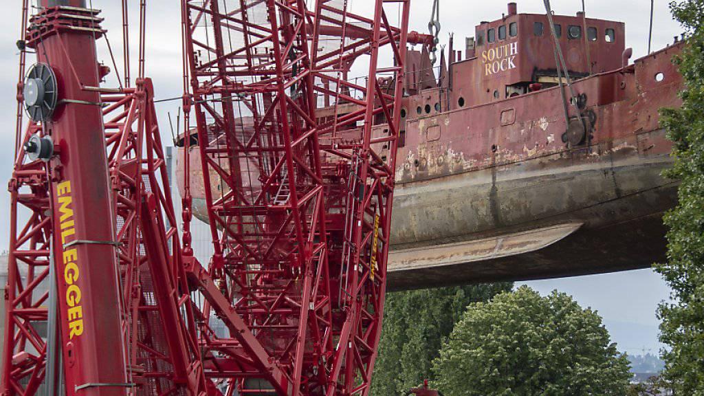 Zum Einsatz kam ein riesiger Raupen-Kran, der seine Feuertaufe mit einer Last von 600 Tonnen spielend schaffte.