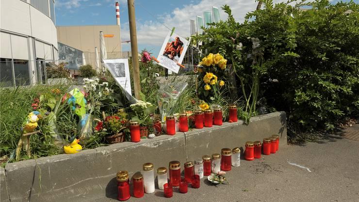 Was bleibt, ist persönliche Anteilnahme: Unfallstelle beim Pantheon in Muttenz, wo ein Velofahrer zu Tode kam.