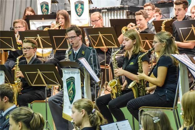 Militärmusiker und Nachwuchsmusiker von Brass Hoppers und Juniors bei der Konzertvorbereitung am Nachmittag.