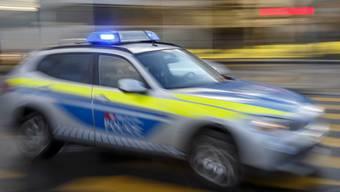 Trotz Einsatzfahrt mit Sirene und Blaulicht wurde ein Polizist als «Raser» verurteilt. Im Bild: Ein Dienstwagen der Transportpolizei.