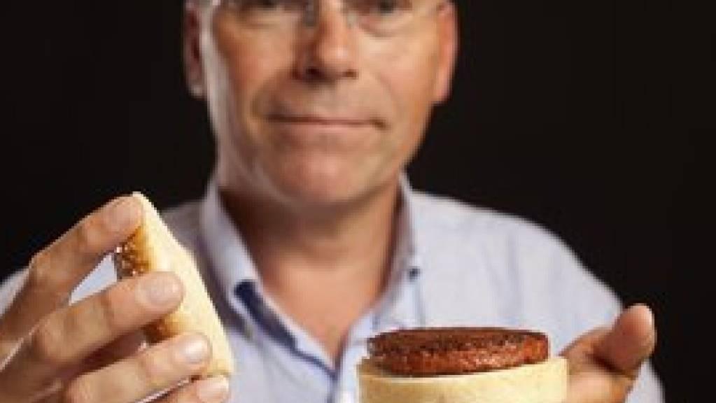 Bell verstärkt sein Engagement im Bereich Kunstfleisch - im Bild Mosa Meat-Wissenschaftschef Mark Post mit dem ersten im Labor gezüchteten Hamburger des Unternehmens. (Bild Mosa Meat)