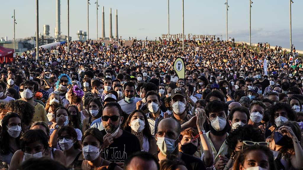 Festival mit Tausenden Teilnehmern trotz Corona-Anstiegs
