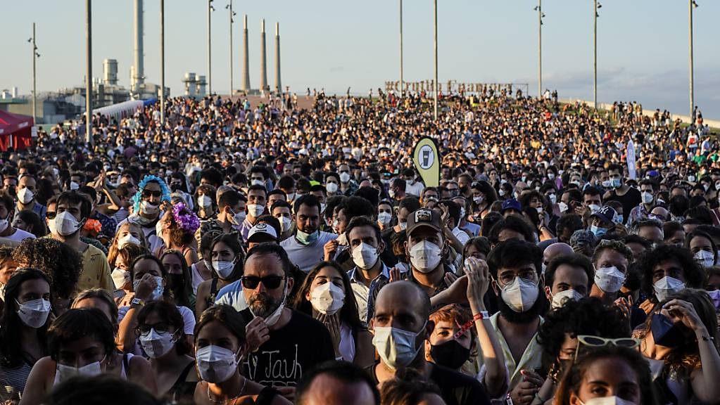 dpatopbilder - Menschen besuchen das Cruilla Musikfestival in Barcelona. Trotz Corona. Foto: Joan Mateu/AP/dpa