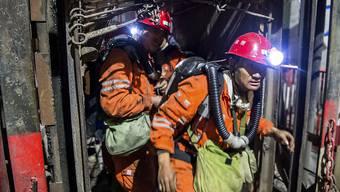 Rettungskräfte auf dem Weg zum Unglücksort.