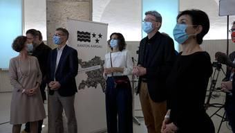 Die Parteipräsidenten und -präsidentinnen waren im Grossratsgebäude gespannt und mit Gesichtsmaske geschützt auf die Ergebnisse der Aargauer Grossratswahlen.