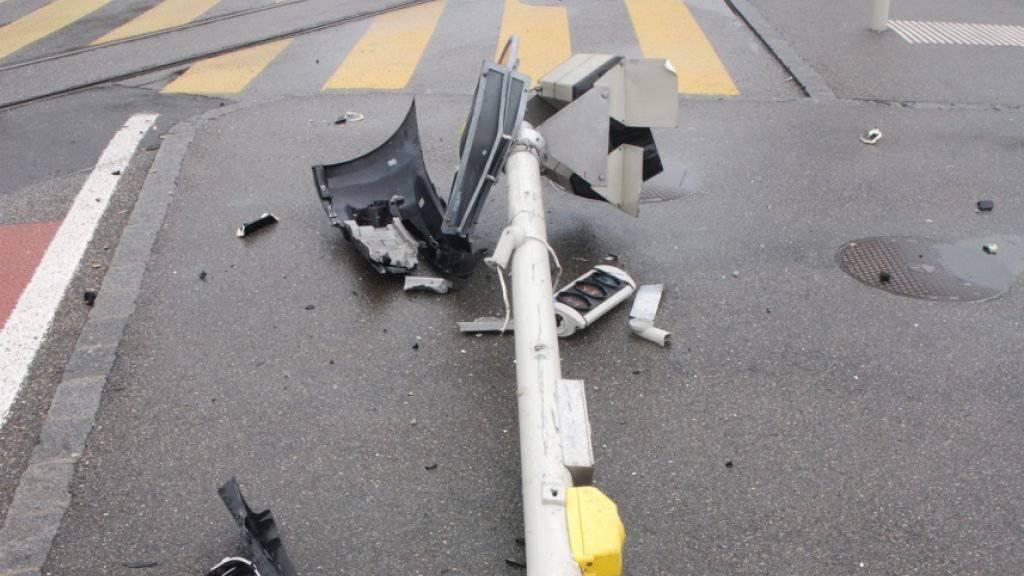 Ein alkoholisierter Autolenker fuhr beim Bahnhof Solothurn eine Lichtsignalanlage um, ohne sich um den Schaden zu kümmern.