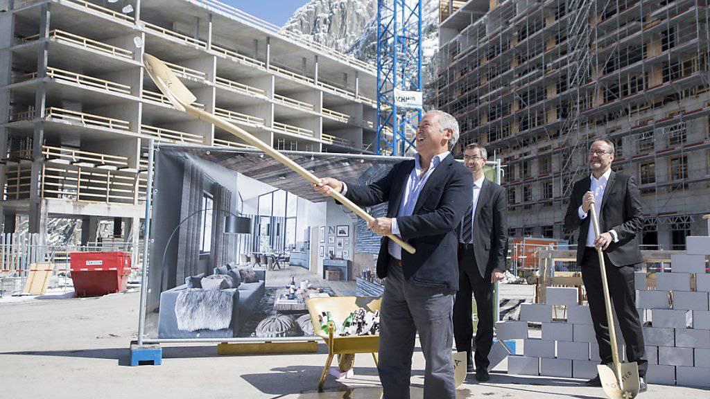 Der ägyptische Investor Samih Sawiris (vorne) bei der Grundsteinlegung zum neusten Apartmenthaus in seinem Ferienresort in Andermatt UR. Bisher sind vier Häuser in Betrieb, im Endausbau sollen es 42 sein.