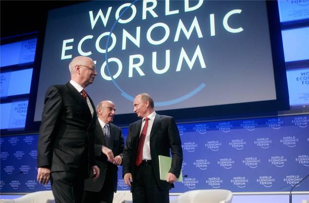 sprach Russlands Präsident Wladimir Putin (r.) in Davos und erhielt tosenden Applaus. Damals war er noch weit weniger umstritten als heute; er plädierte in seiner Rede für liberale Reformen. Es sollte anders kommen. Im Bild mit Klaus Schwab (l.) und Bundespräsident Hans-Rudolf Merz.