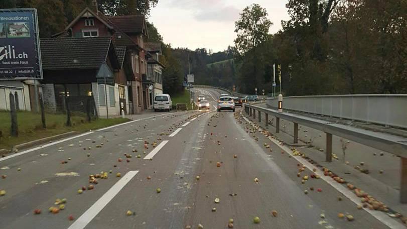 In Lütisburg lag am Montag eine Tonne Äpfel auf der Strasse.
