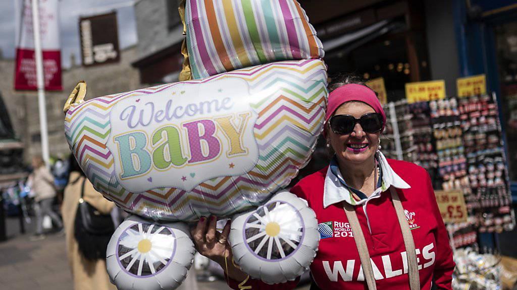 Seit Tagen hatten Fans der britischen Royals auf das erste Kind von Prinz Harry und Herzogin Meghan gewartet.