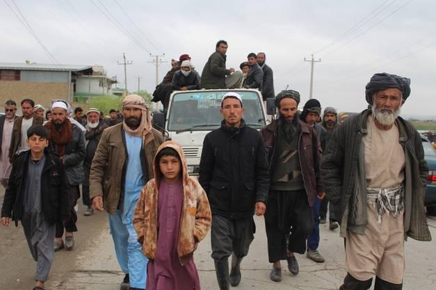 Bewohner von Kunduz fahren Ende März 2019 in einem Truck die Leichen von 13 Zivilisten durch die Stadt, die bei einem Nato-Luftangriff ums Leben kamen.