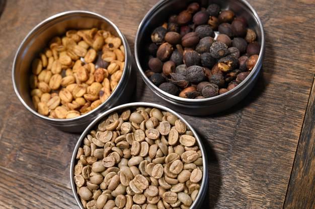 Vor der Röstung: Die getrockneten Beeren (oben rechts) werden aufgebrochen (links) und von der Haut befreit.