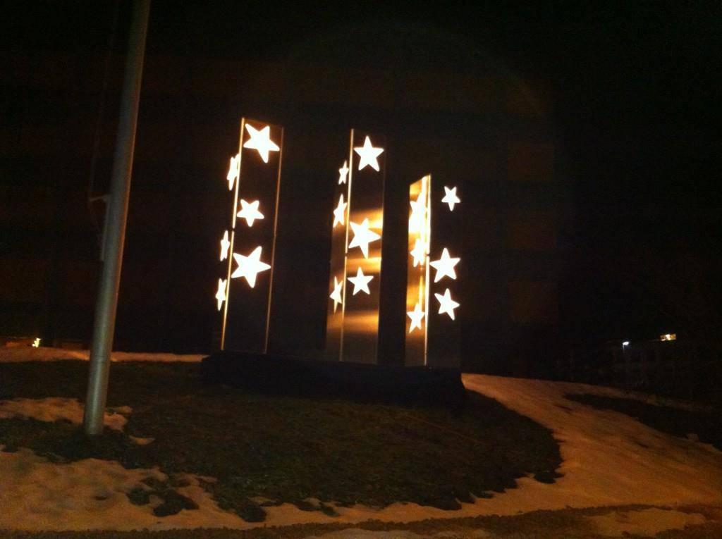In Wattwil verbreiten Lichtsäulen Adventsstimmung (© Gemeinde Wattwil)