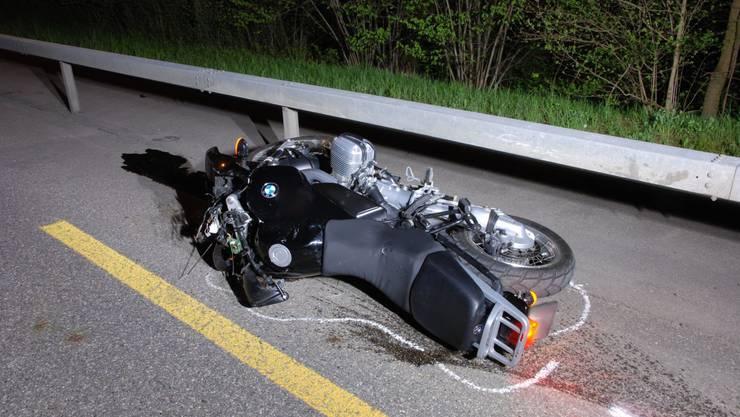 Der Motorradfahrer verletzte sich bei dem Unfall schwer.(Symbolbild)